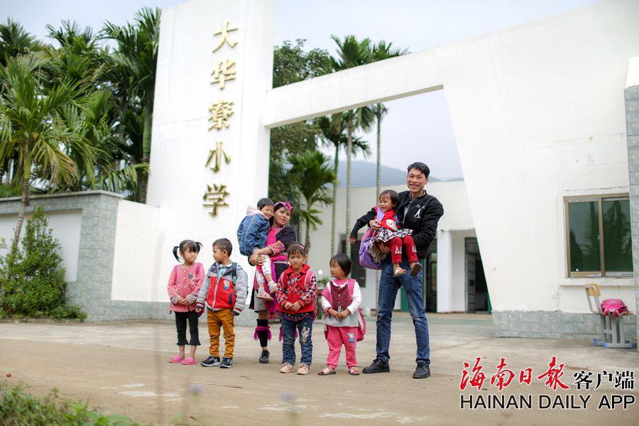 组图 海南万宁:好环境好老师 幸福的苗村孩子
