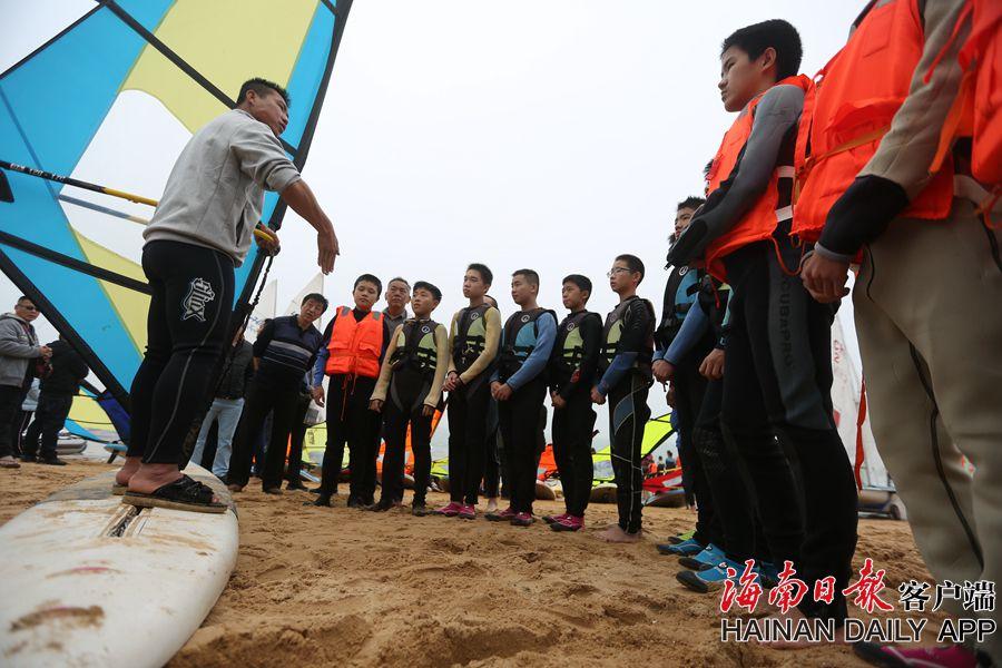 组图 100多名市民椰城扬帆逐浪 体验全民帆船帆板