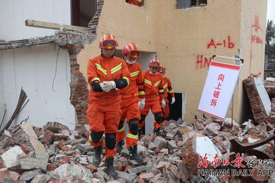 组图 海口消防利用废弃棚改区检验地震应急救援能力