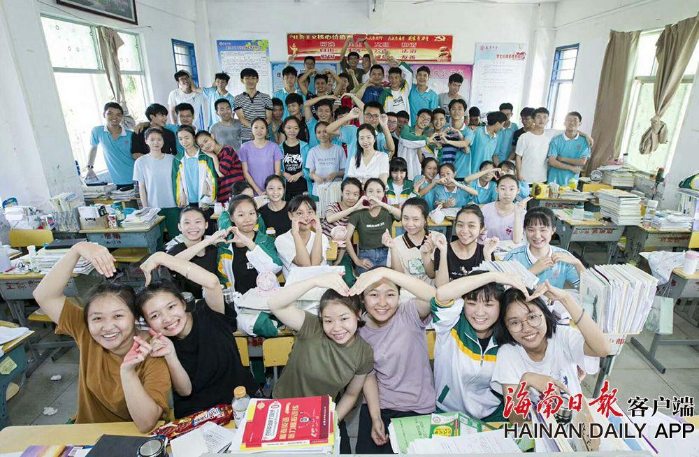 海南:高三最后一堂课 满是欢笑与泪水!
