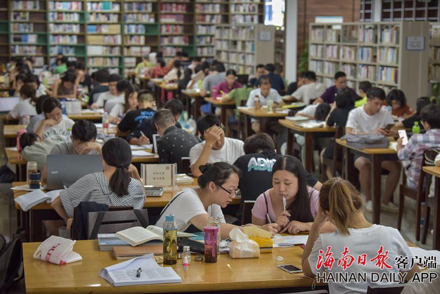 海口:書香伴暑假 图书馆人气旺