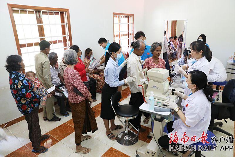 组图|海南柬埔寨光明行启动术前筛查