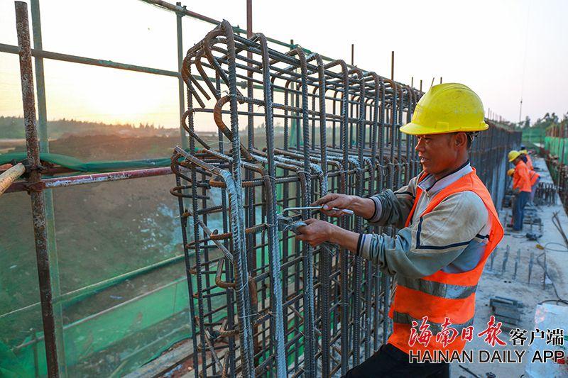组图 海口:白驹大道改造及东延长线工程11月安装箱梁