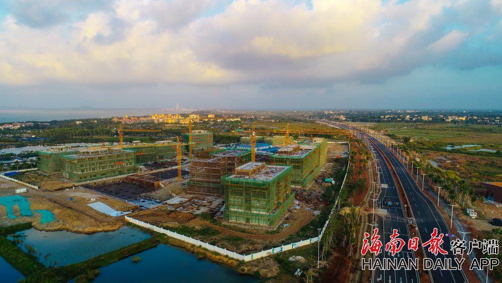 海口江东新区哈罗公学项目主体封顶