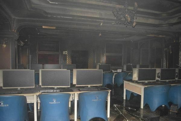海口一网咖深夜着火烧毁约100台电脑 消防官兵疏散群众30人
