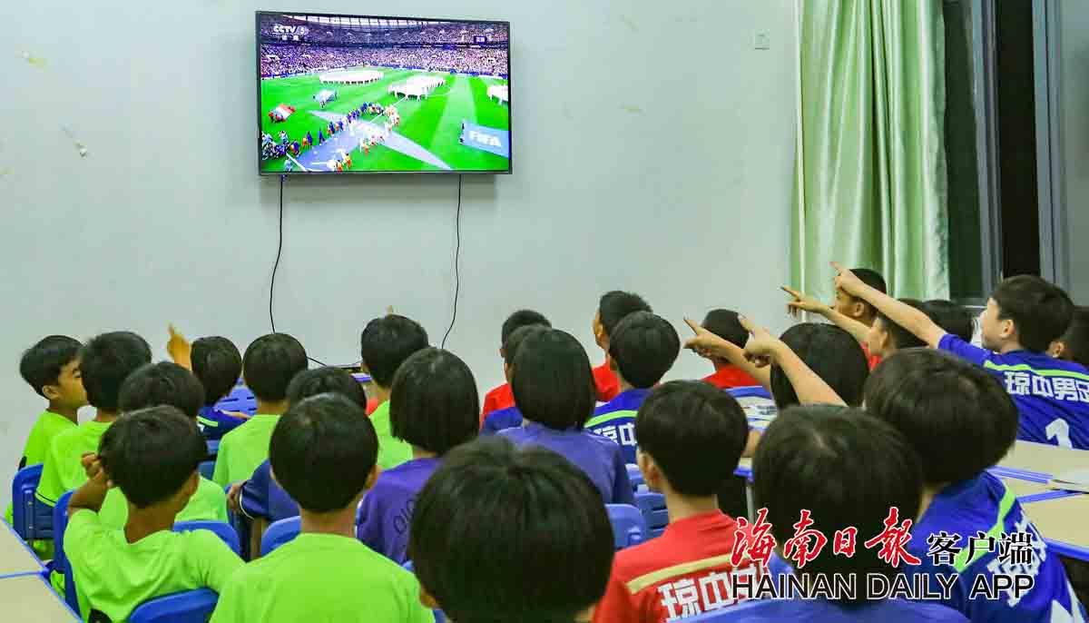 20180715cyc琼中女足观看世界杯 (8)副本.jpg
