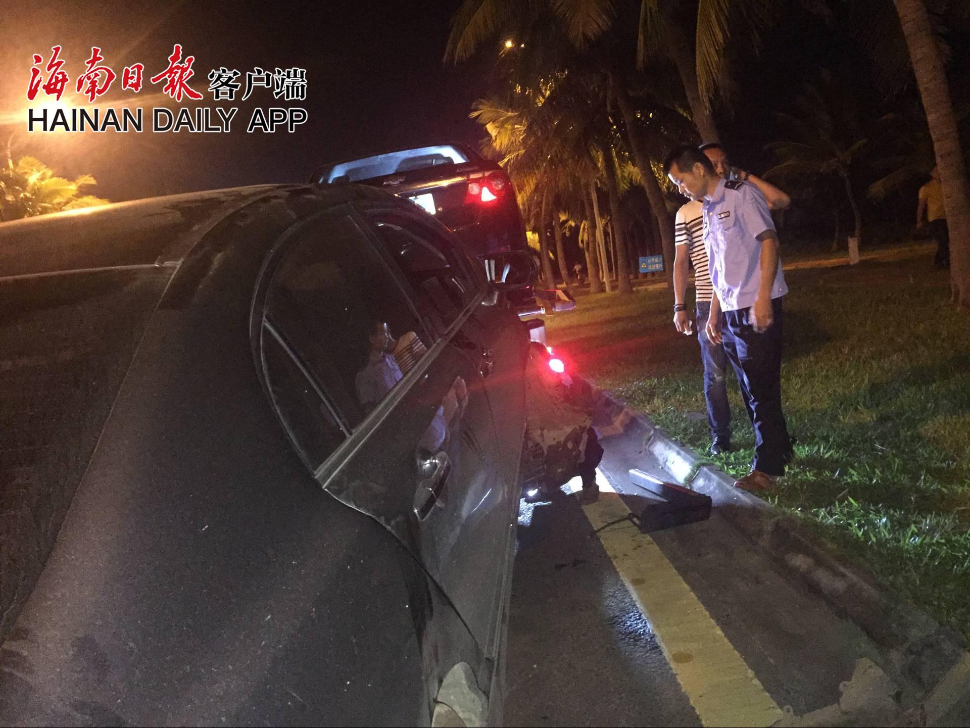 海口滨海大道一辆车撞上路边车辆肇事车辆司机去向成谜