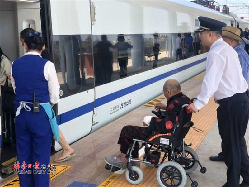 94岁老兵乘坐环岛高铁 白马井站提供特殊重点旅客服务