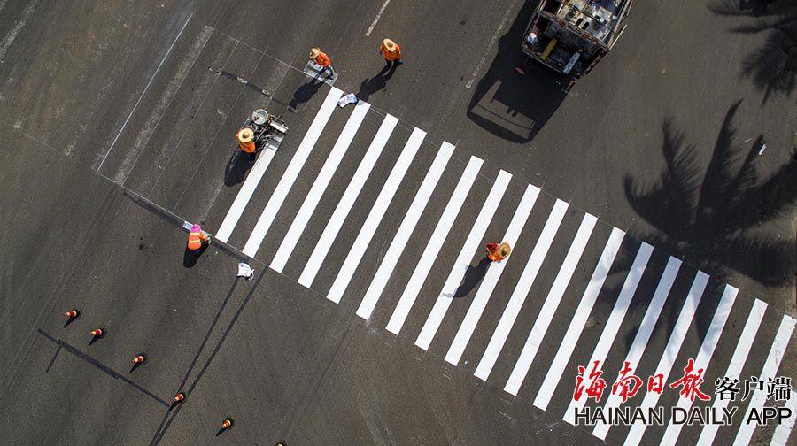 儋州:修复斑马线 更新交通标识