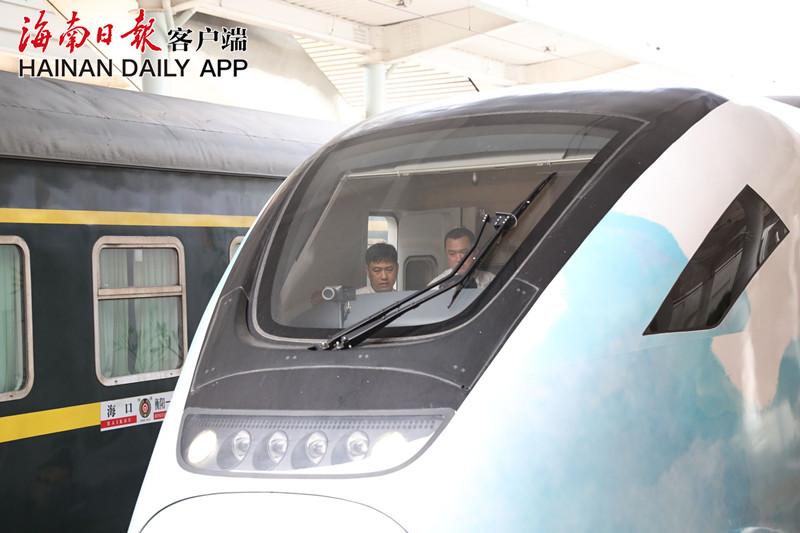 高清组图 | 海口首批市郊列车将开往三亚进行检查