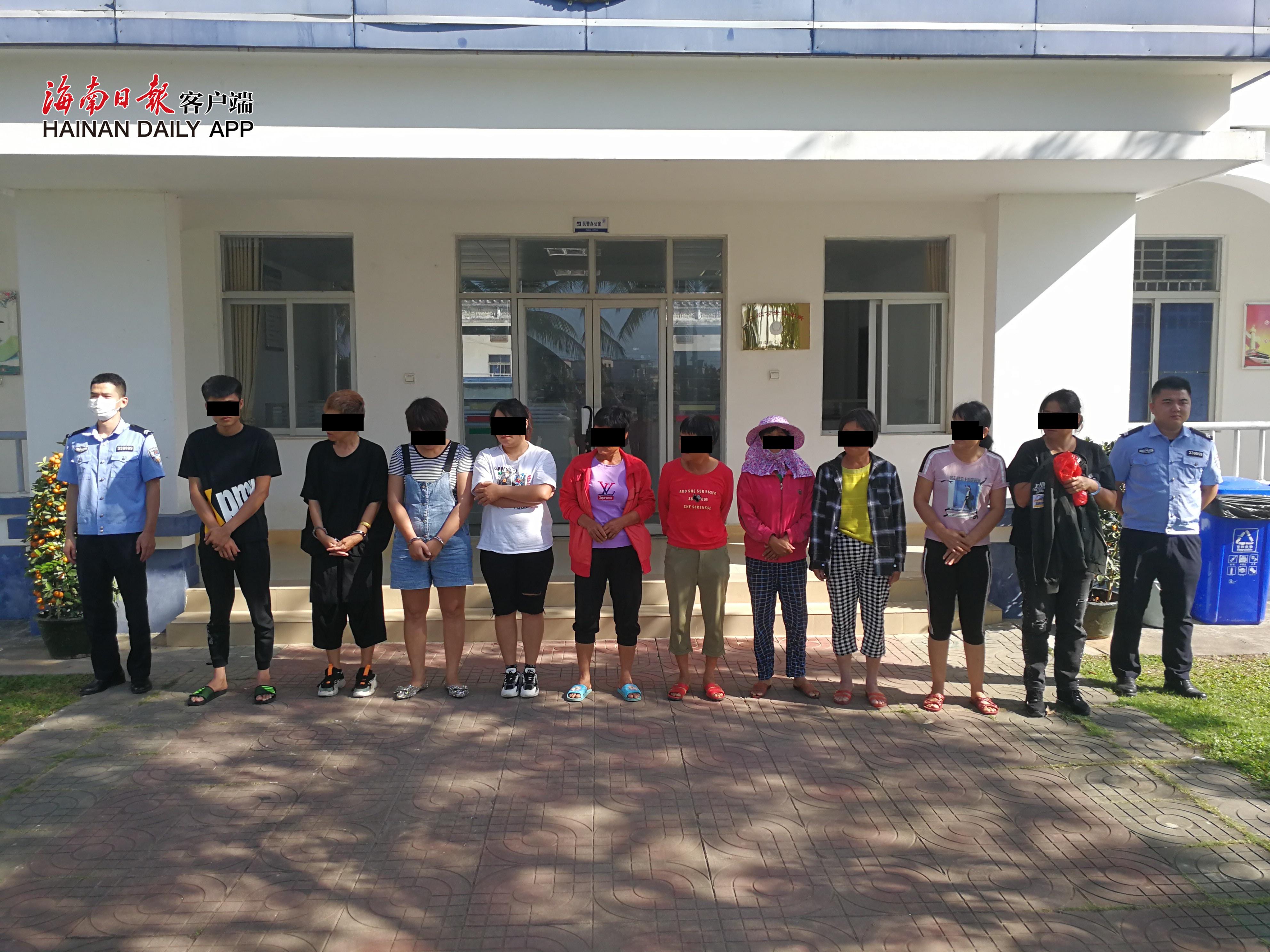 陵水支队抓获参赌的10名人员。拍摄:吴多帆_副本.jpg